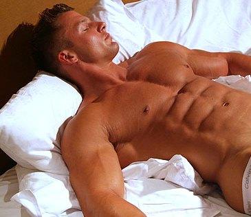 Bodybuilder regeneriert im Schlaf