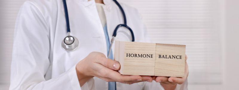Frauenärztin Sara Gottfried entwickelt die Hormondiät um Hormone ins Gleichgewicht zu bringen und Gewichtsproblemen entgegenzuwirken.