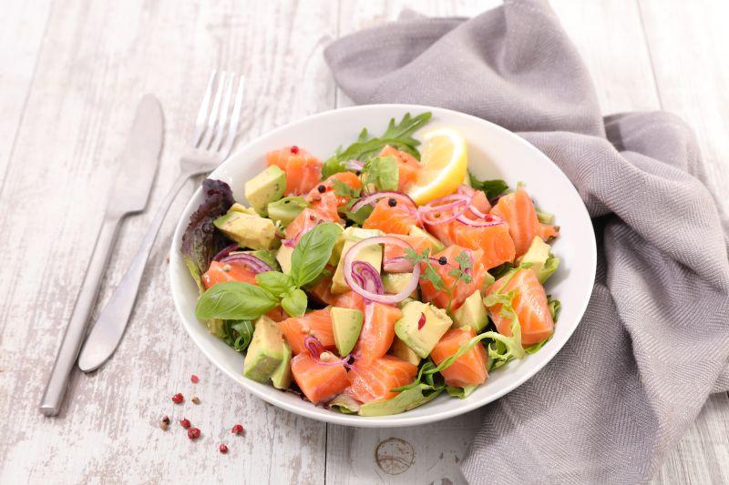 Auch die Hormondiät kann lecker sein mit einem Salat, fettreichem Fisch und ein Dressing mit Olivenöl
