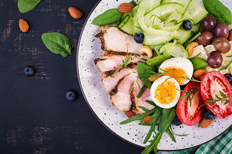 Salat mit Hühnchen ein optimales Low Carb Gericht