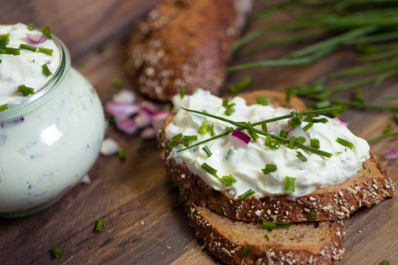 Zum Frühstück ein Brot mit Kräuterquark