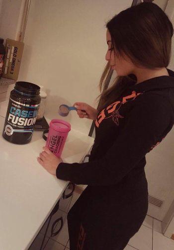 Zubereitung eines Night Time Protein vor dem Schlafen gehen