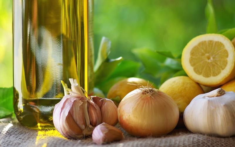 Entzündungshemmende Lebensmittel wie Zwiebeln, Knoblauch und Öle