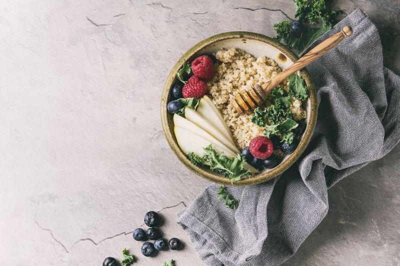 Quinoa Bowl mit Heidelbeeren und Proteinpulver