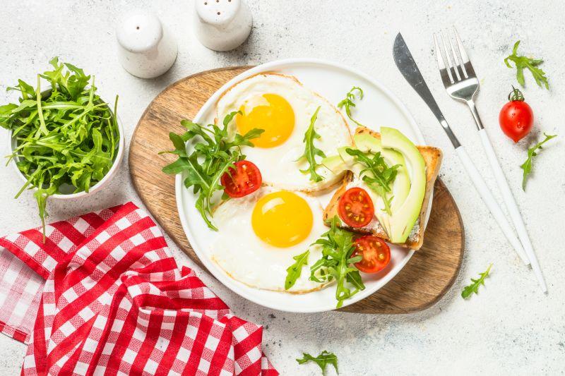 Leckeres Frühstück mit Ei, Avocado und Toast