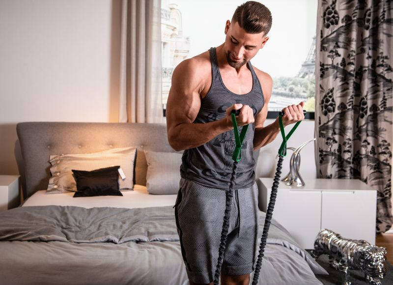 Fitness Training im Hotelzimmer - Bizeps Curls mit Body Tube