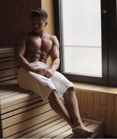 Bodybuilder beim Saunieren
