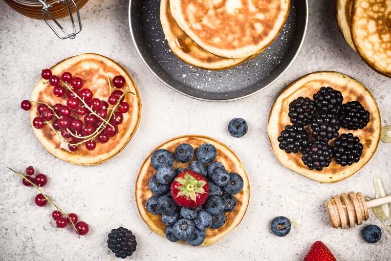 Protein Pancakes mit Früchten als Topping