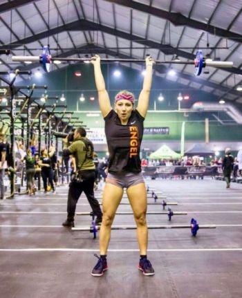 Crossfit Clean an Jerk auf einem Wettkampf