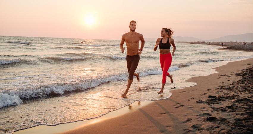 Laufen am Strand ist eine aktive Erholung für Körper und Geist