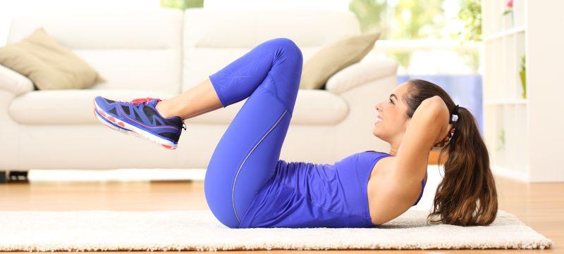 Crunches ist eine Grundübungen die vor allem die Bauchmuskulatur trainiert