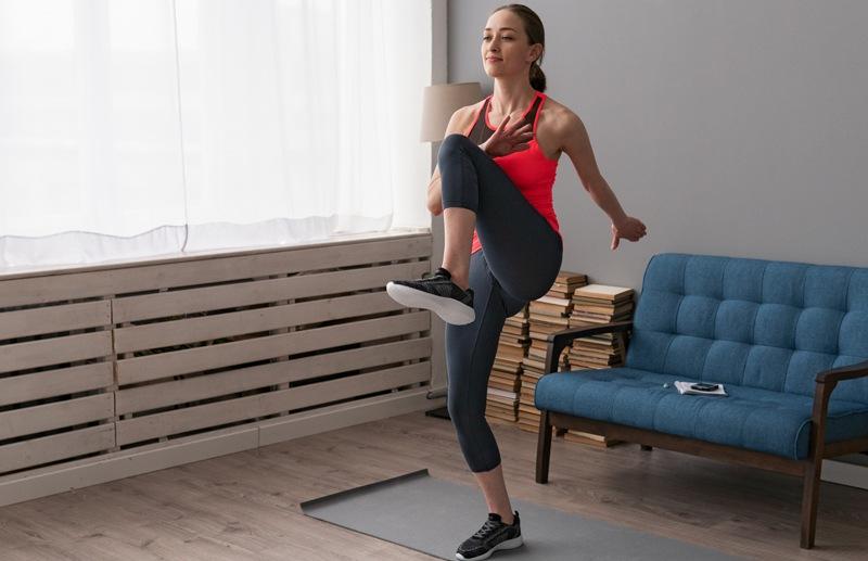 High Knees Tabata Übung für Zuhause bringt den Kreislauf in Schwung