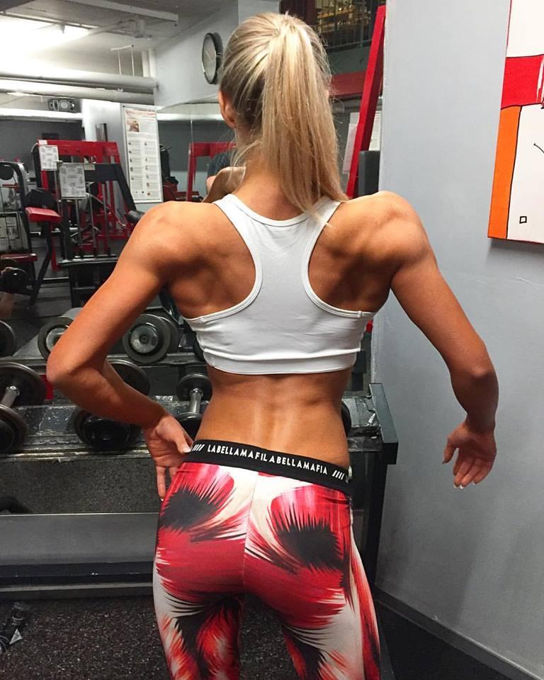 Rückenmuskulatur von Bikini Fitness Athletin Nicole Pruszak