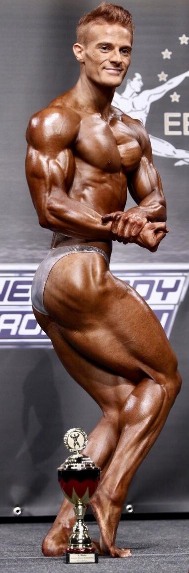 Seitliche Brustpose von Noah Risch, deutscher Junioren Meister im Classic Bodybuilding