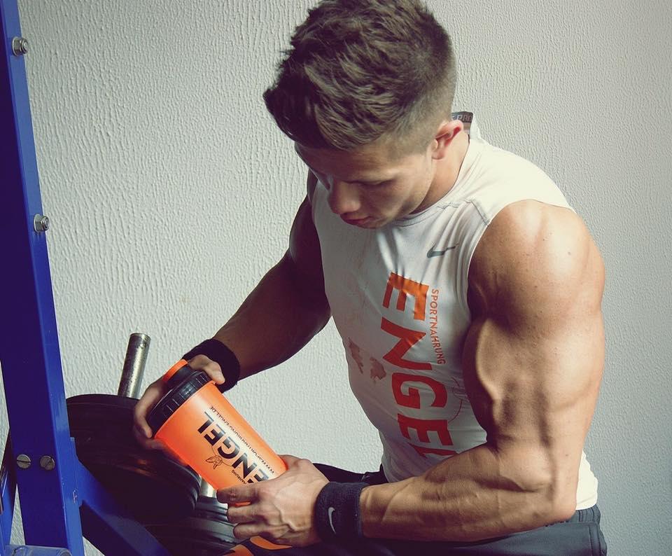 Edgar im Training mit dem Sportnahrung-Engel Shaker