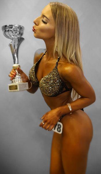 Joana Werle mit Pokal nach dem Wettkampf