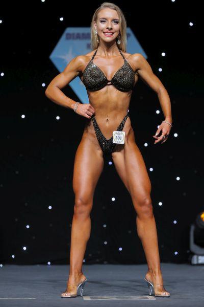 Joana Werle Bikini Athletin in der Frontpose auf der Bühne