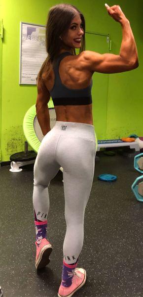 Leonie Bikini Athletin Posing beim Training
