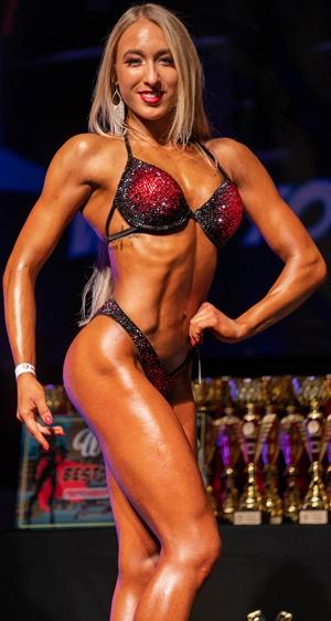 Bikini Athletin Luisa Schipp auf der Bühne